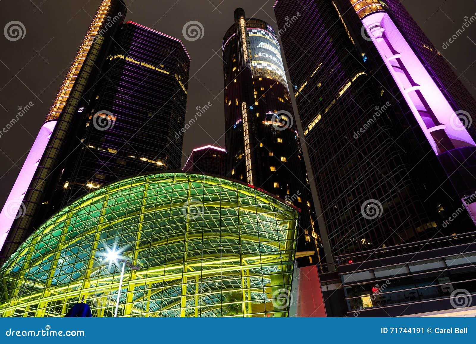 Rascacielos céntrico de la costa de Detroit en la noche