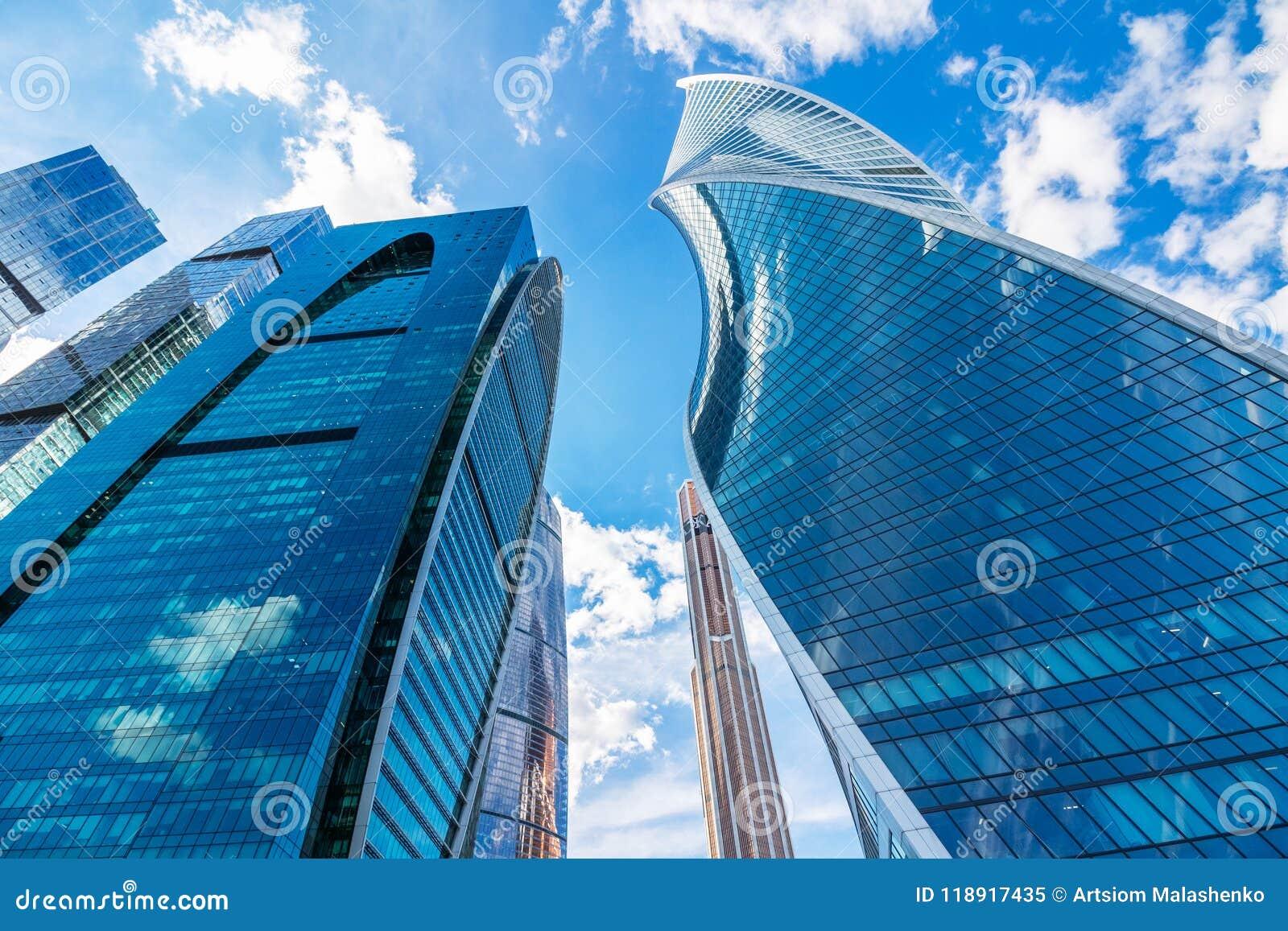 Rascacielos contra un cielo hermoso con las nubes