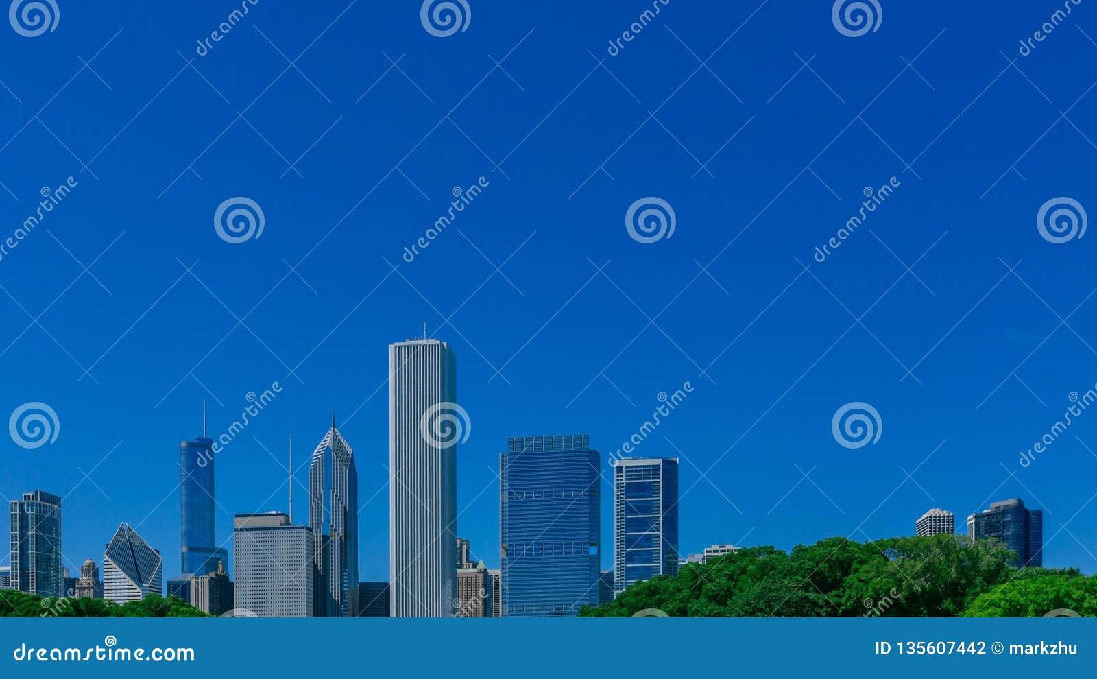 Rascacielos de Chicago céntrica, los E.E.U.U. debajo del cielo azul