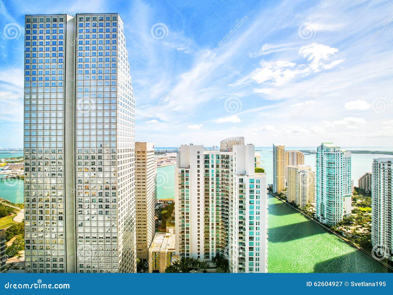 Rascacielos en el ámbito fundamental de Brickell en Miami céntrica