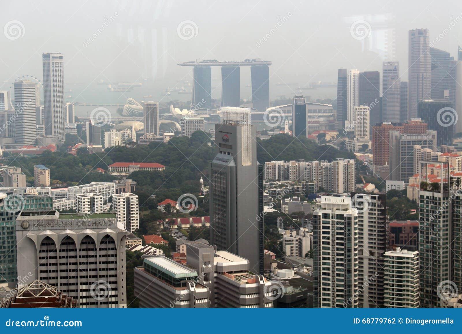 Rascacielos moderno bajo construcción