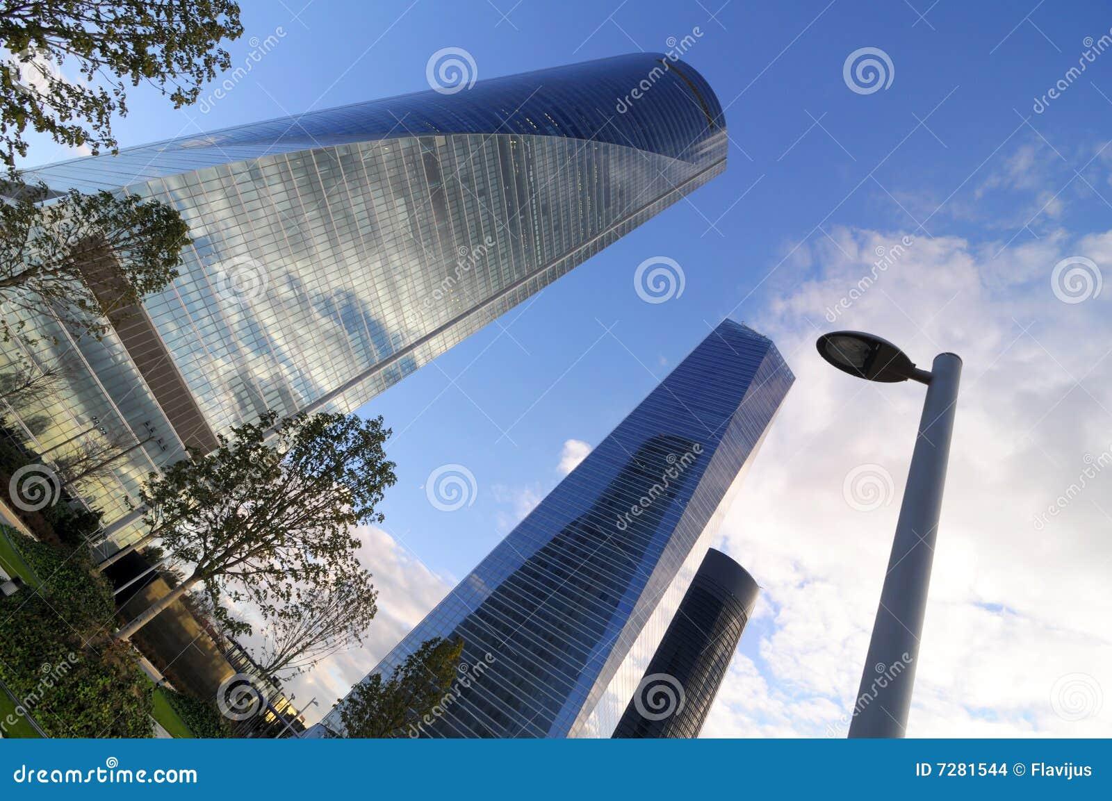 Rascacielos y pilar eléctrico