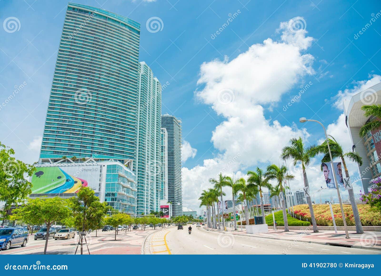 Rascacielos y tráfico en Miami céntrica