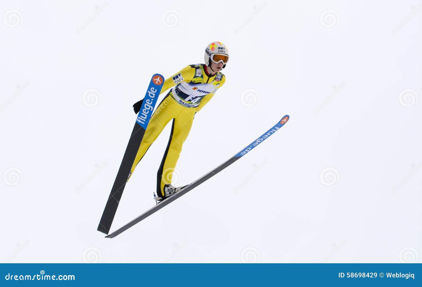 Rasnov, Rumänien - 7. Februar: Unbekannter Skispringer konkurriert im FIS Ski Jumping World Cup Ladys