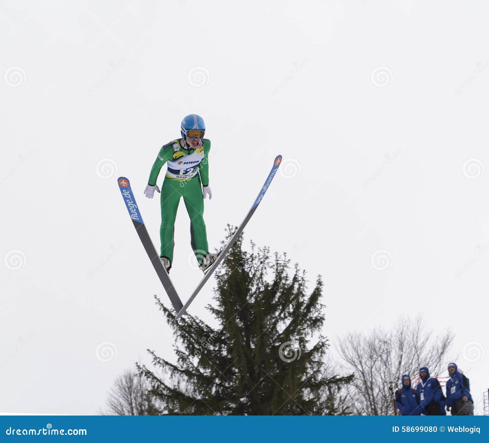 Rasnov, Rumänien - 7. Februar: Unbekannter Skispringer konkurriert im FIS Ski Jumping World Cup Ladys am 7. Februar 2015 in Rasno