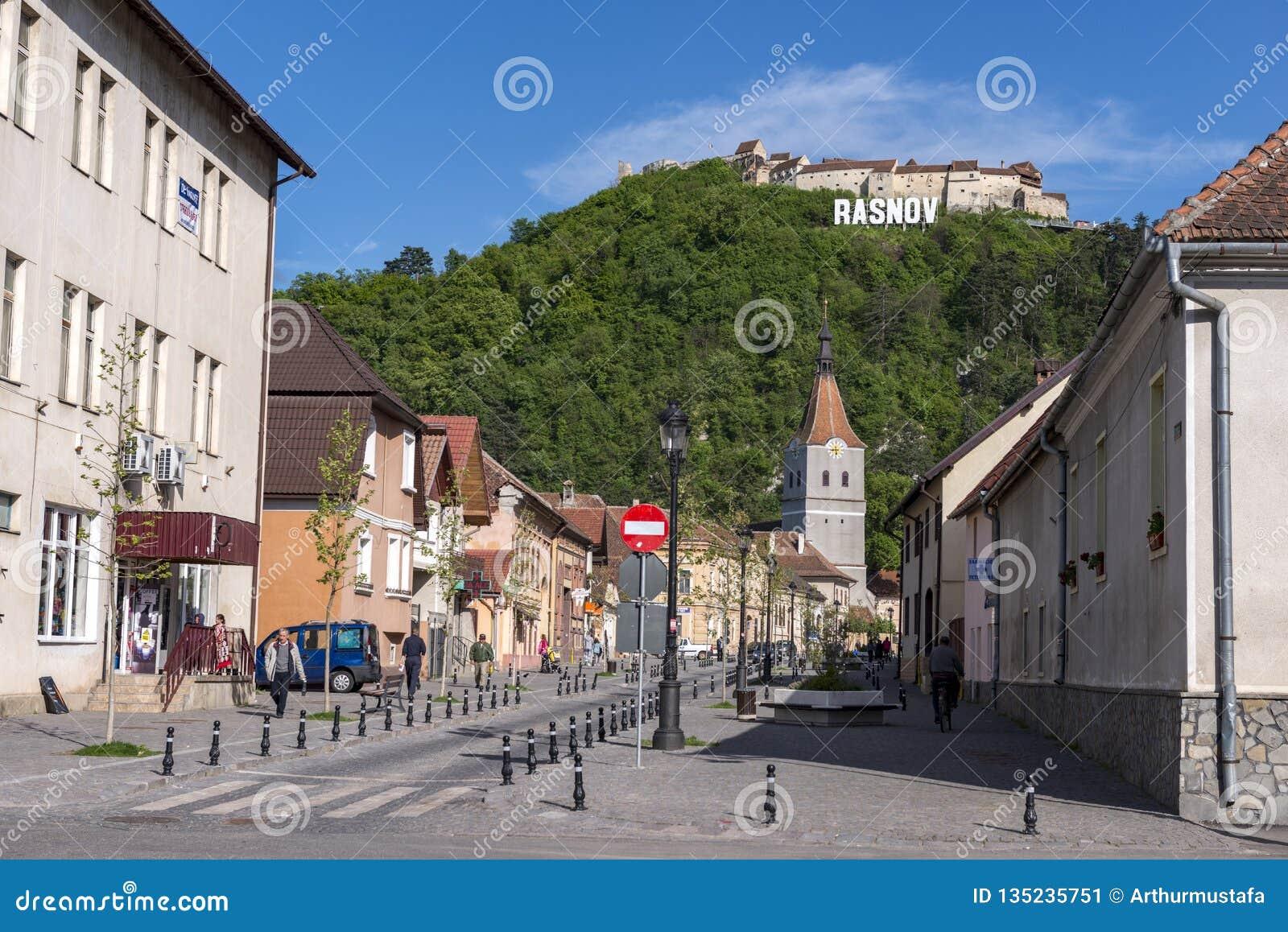 Rasnov, Rumänien - Mai 2017: Ansicht des Rasnov-Stadt mainstreet (Brasov-Grafschaft (Rumänien), mit dem Hügel des mittelalterlich