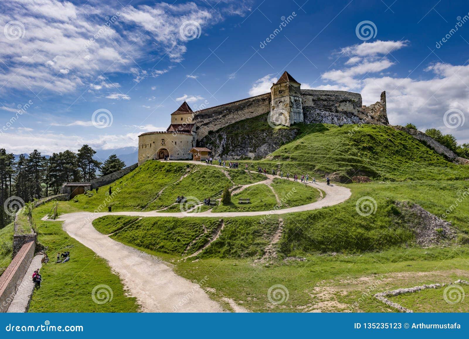 Rasnov, Rumänien - Mai 2017: Breite Ansicht des inneren Hofes der Rasnov-Zitadelle in Brasov-Grafschaft Rumänien