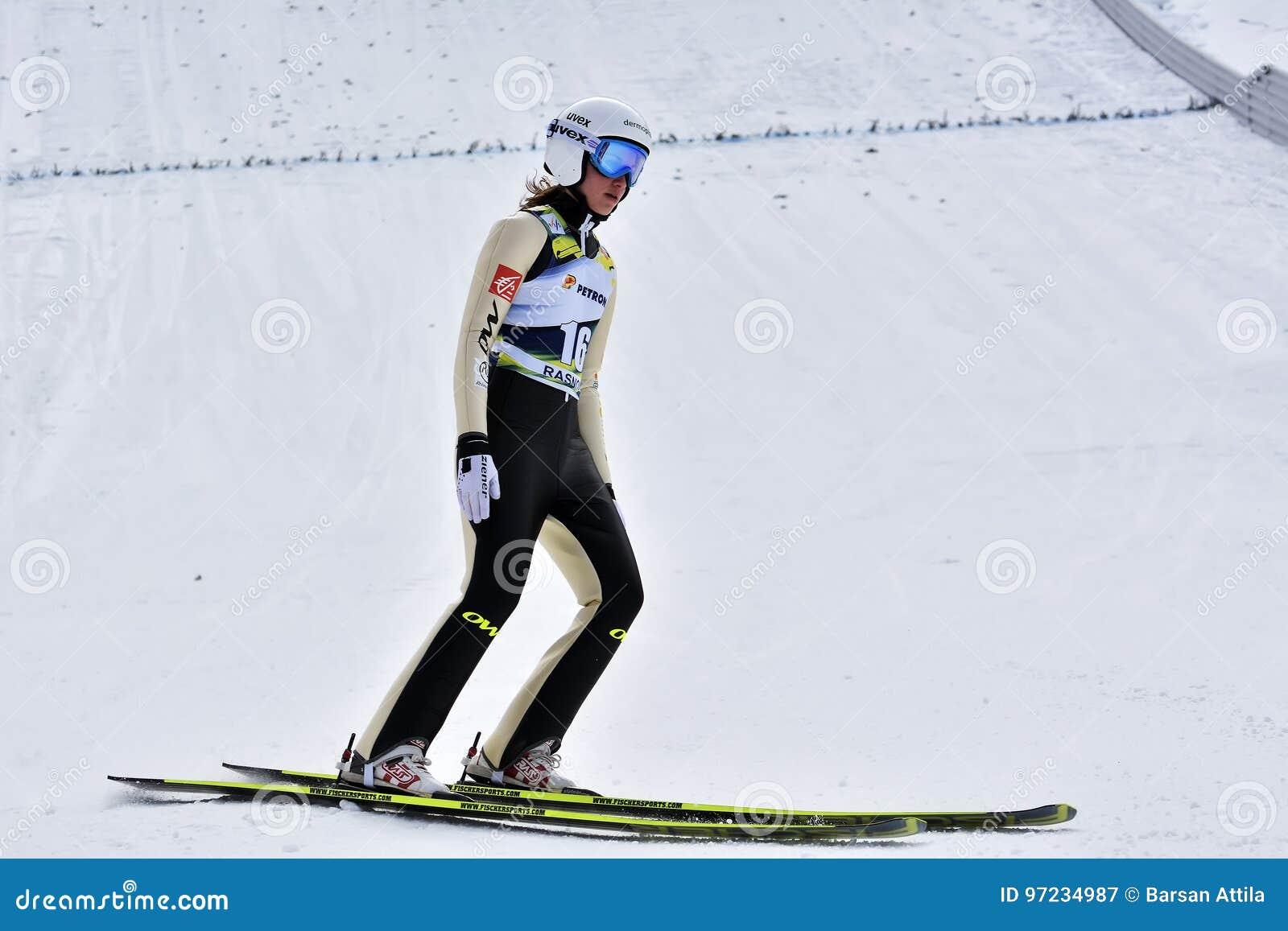 Rasnov, Rumania - 7 de febrero: El puente de esquí desconocido compite en el FIS Ski Jumping World Cup Ladies el 7 de febrero de