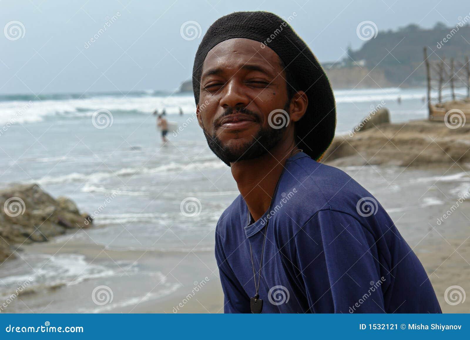 Rasta-homme heureux sur la plage de l océan pacifique