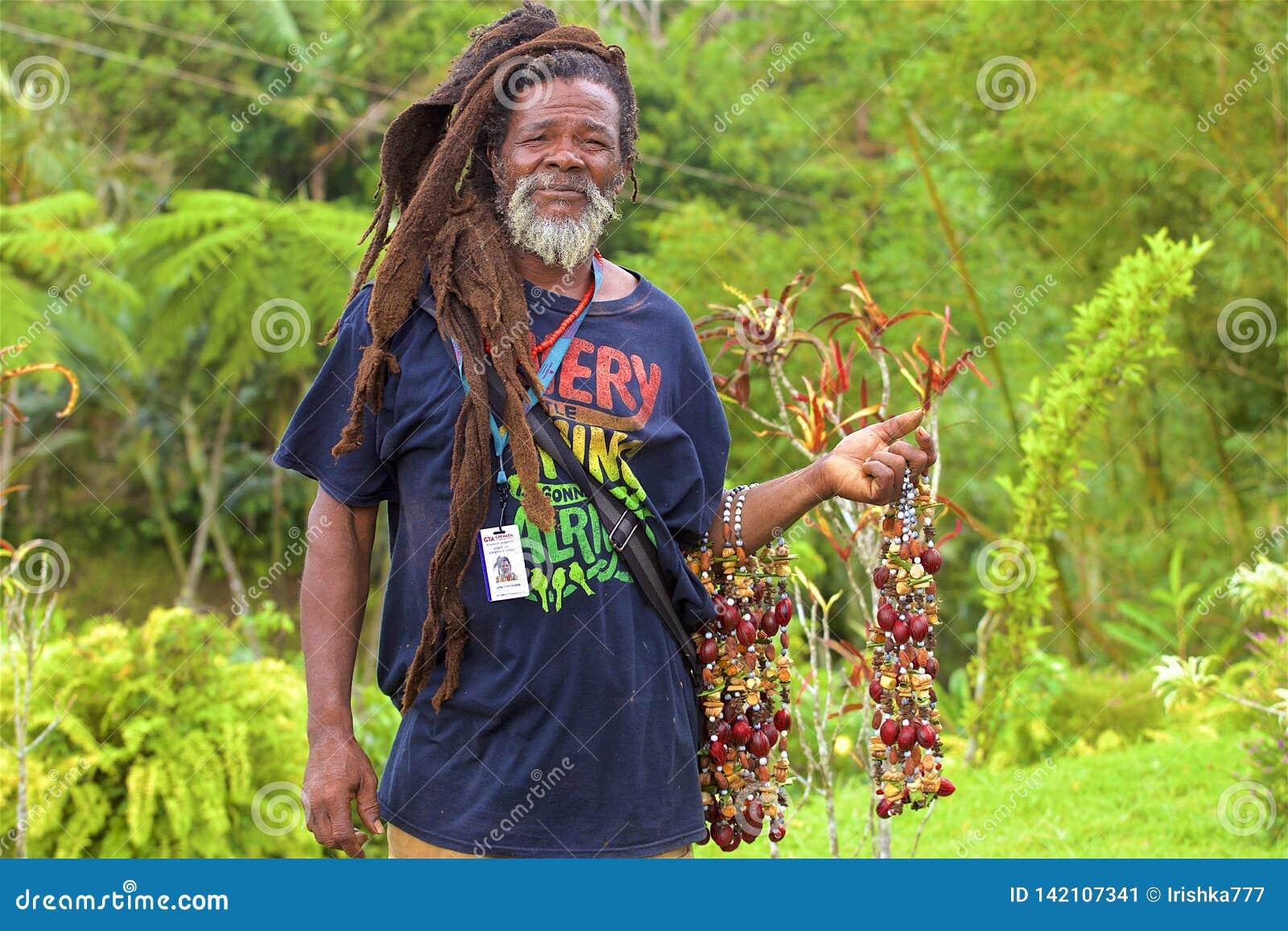 Rastaman met kruiden in Caraïbisch Grenada,