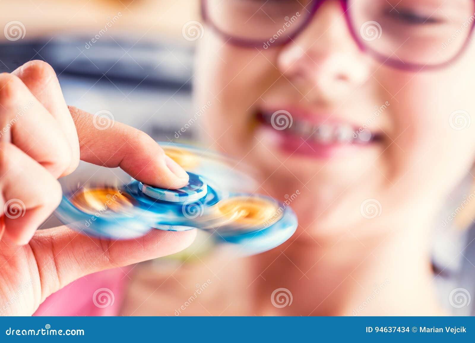 Rastlös människaspinnare Gullig ung flicka som spelar med rastlös människaspinnaren