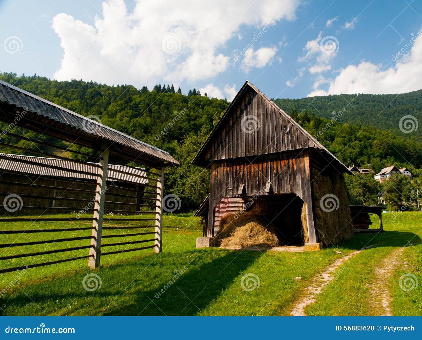 Rastrelliera per il fieno e tettoia in villaggio sloveno