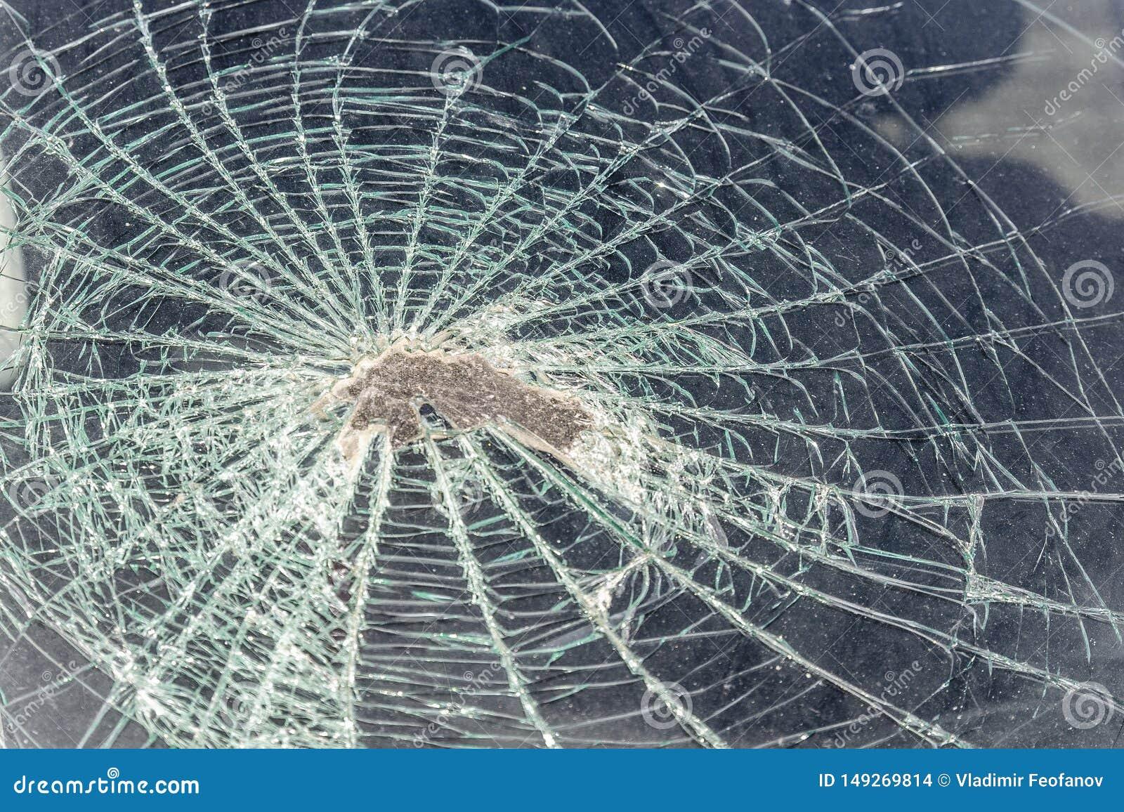 Rastro en el parabrisas de la cabeza del pasajero del coche en un accidente o una colisión con un obstáculo cabeza de cristal que