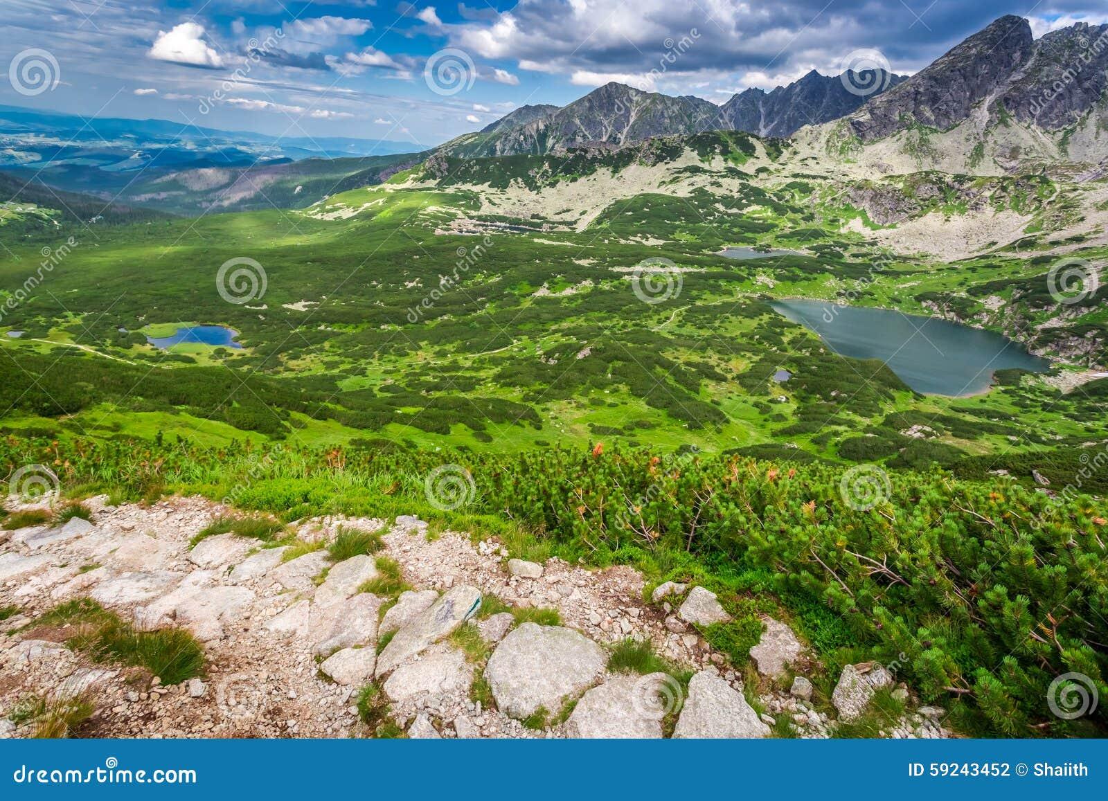 Download Rastro Estrecho En Las Montañas Foto de archivo - Imagen de agua, turismo: 59243452