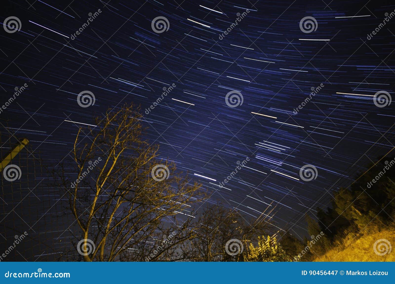 Rastros de la estrella y árbol deshojado