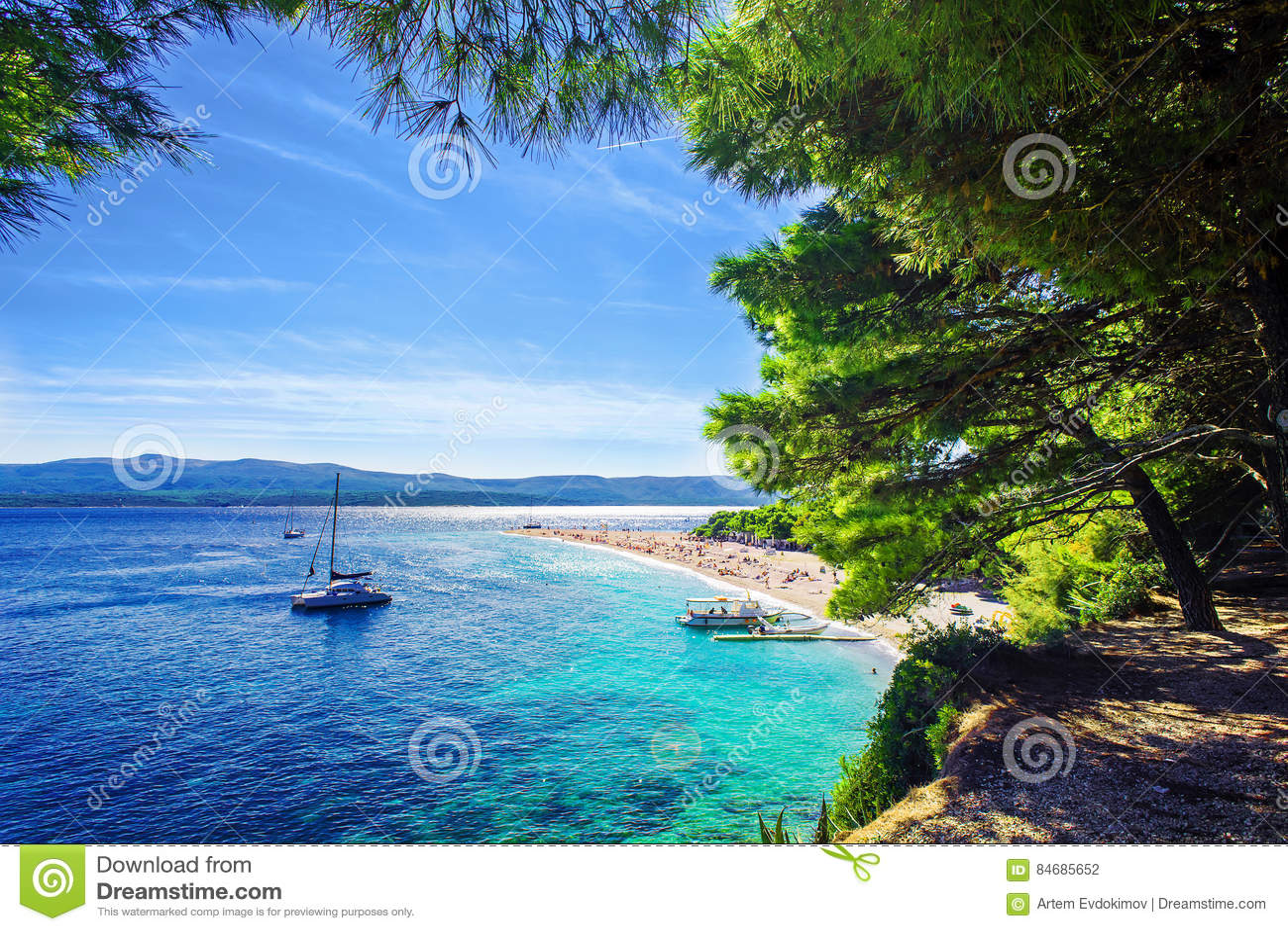 Rata hermosa de Zlatni de la playa o cabo de oro en la isla Brac en Croacia