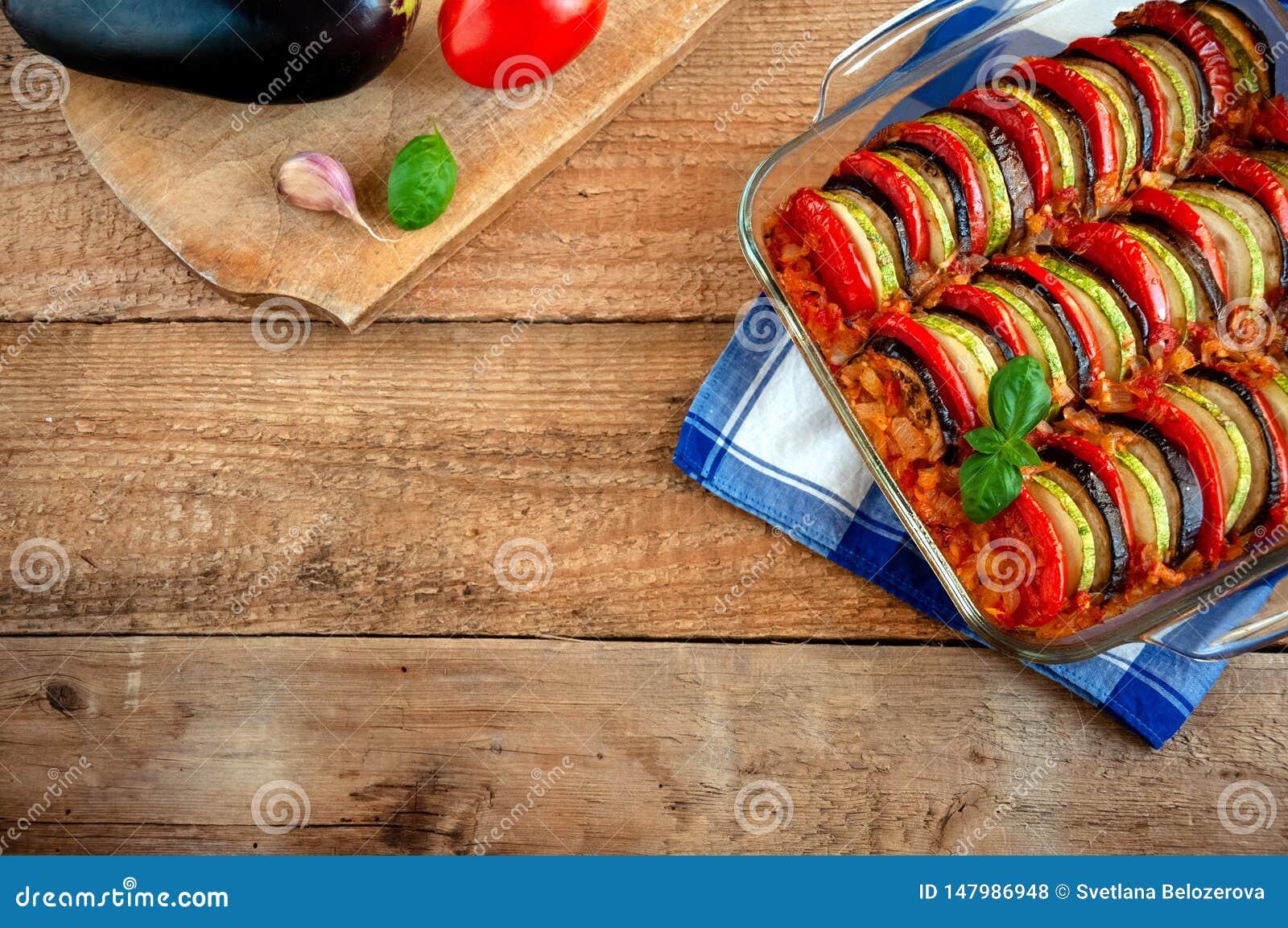 Ratatouille - traditionell matr?tt av Provencal kokkonst Sund gr?nsakmat spelrum med lampa