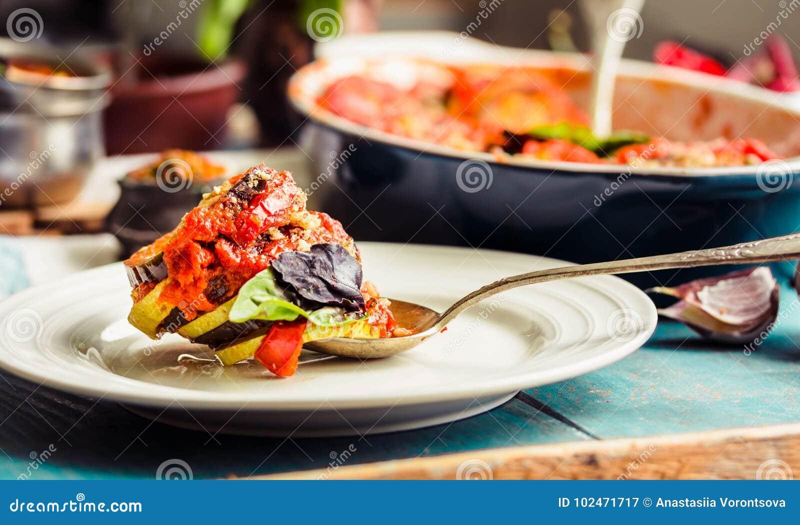 Ratatouille - un plato vegetariano clásico de la cocina francesa Bak