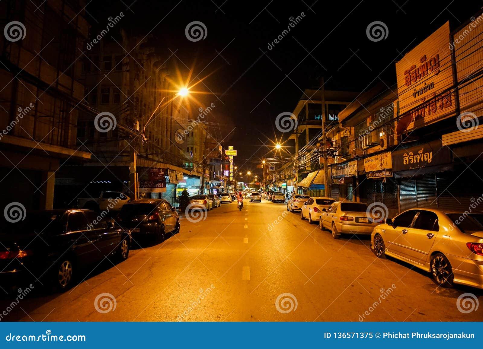 Ratchaburi, Tajlandia: Styczeń 17, 2014 - krajobraz śródmieście przy nocą w obszarze wiejskim Perspektywiczny obrazek lokalna uli