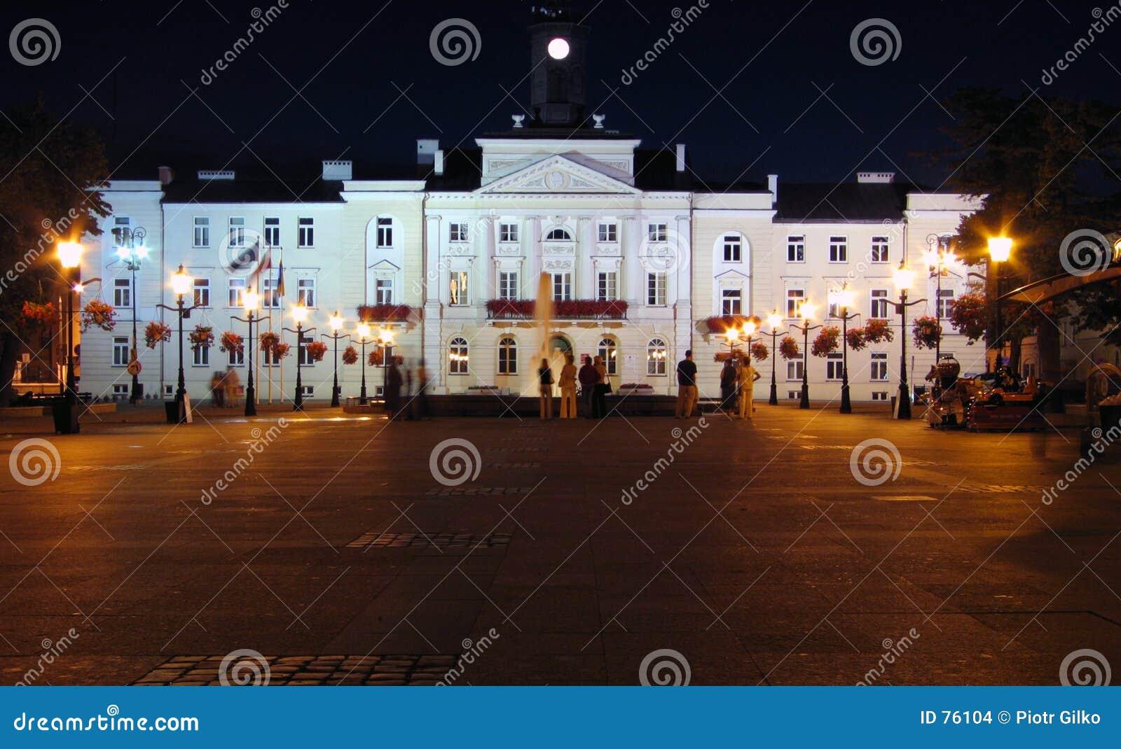 Rathaus bis zum Nacht.