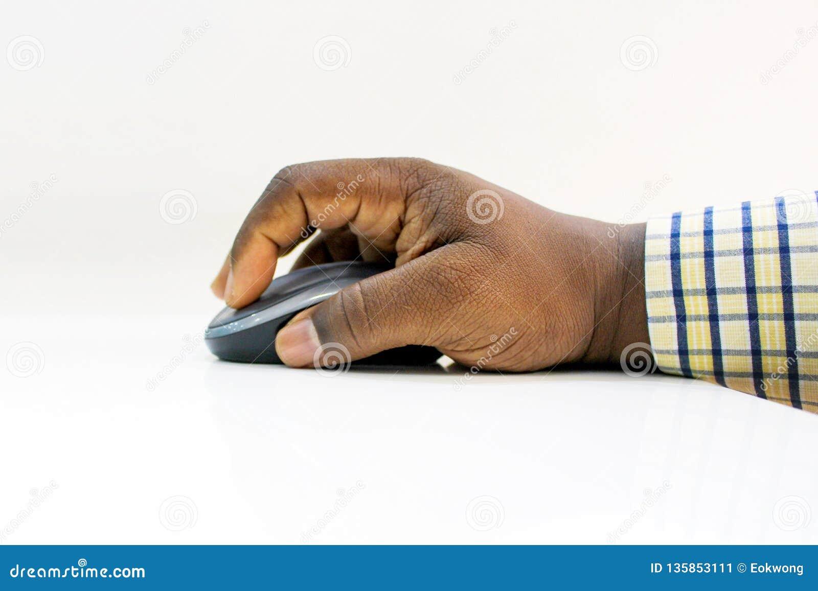 Rato do computador da terra arrendada da mão do homem africano contra o fundo branco