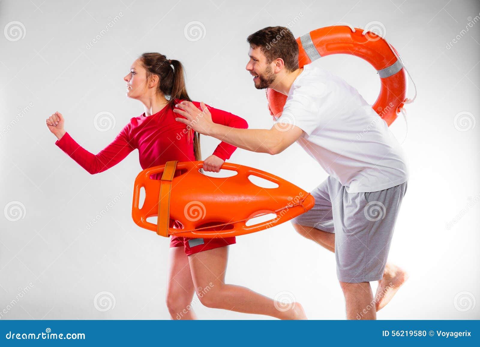 Ratownicy biega z wyposażeniem