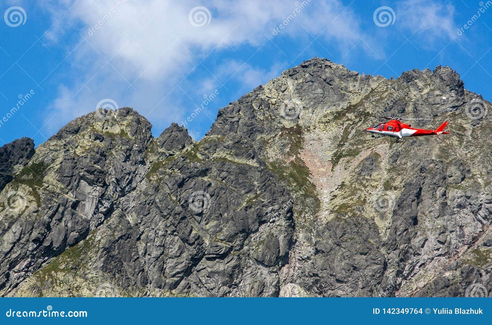 Ratowniczy śmigłowcowy latanie w skalistych górach