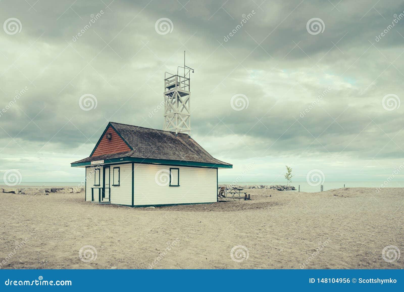 Ratownik stacja przeciw chmurzącemu niebu