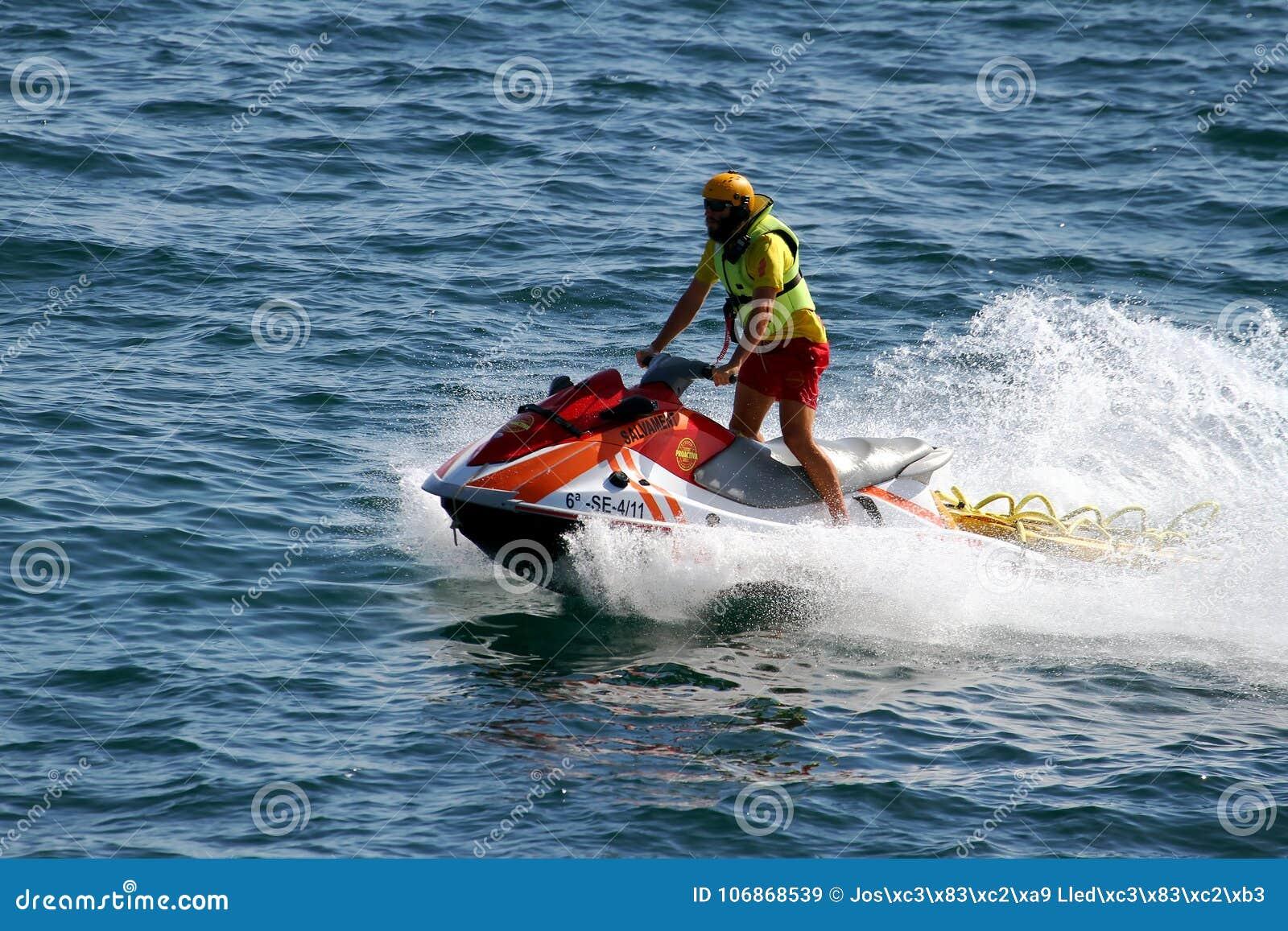 Ratownika jeździecki waverunner w Alicante wybrzeżu w Hiszpania