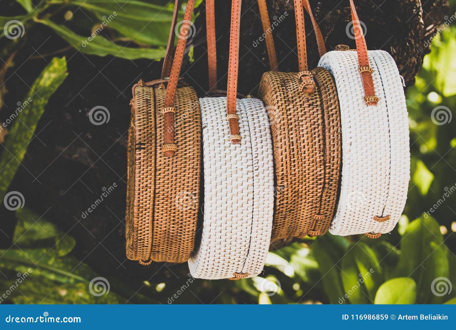 Rattang påsar som hänger på ett tropiskt träd Bali ö Organiskt material Ecobag