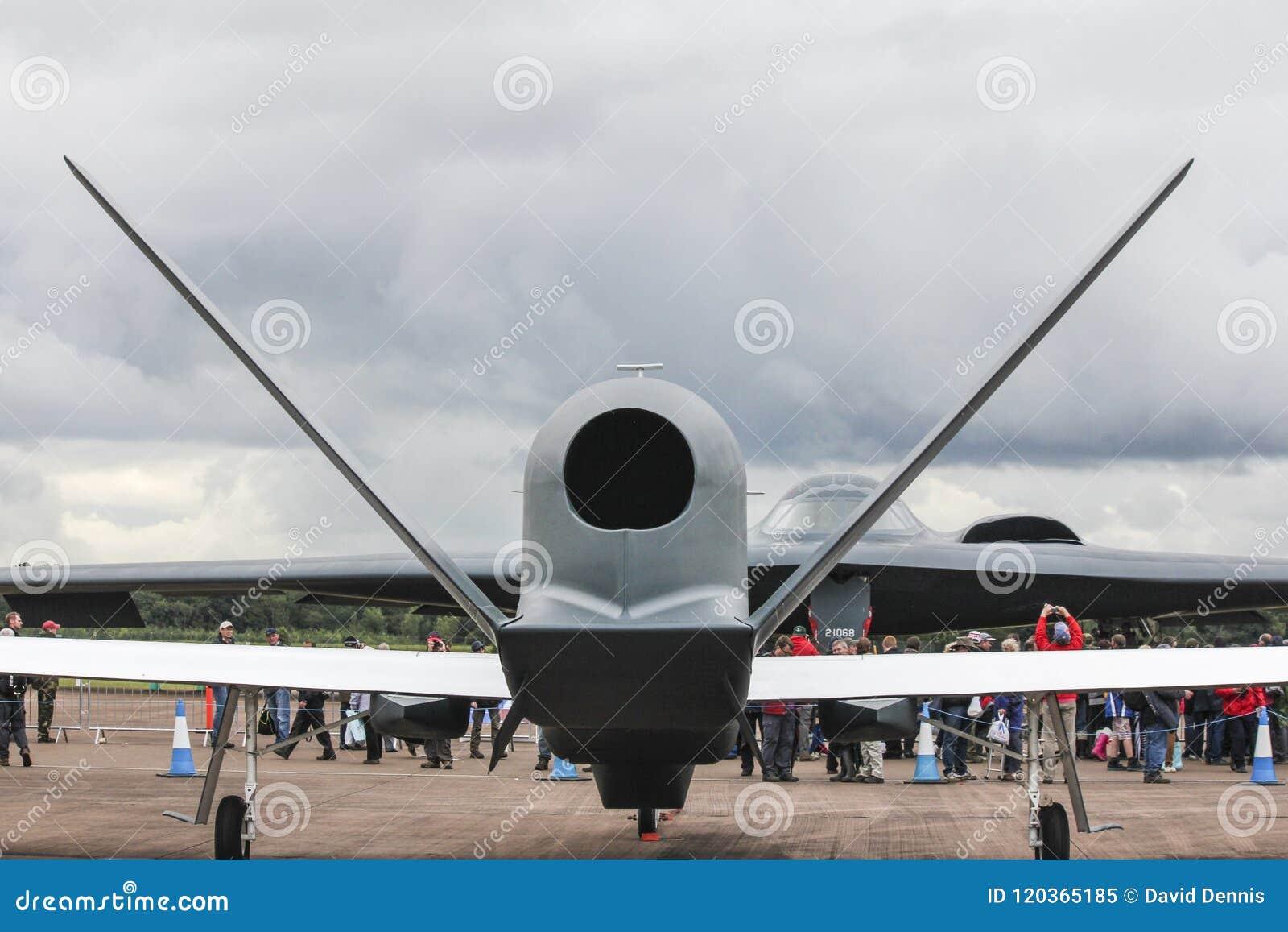 Raub-UAV - unbemanntes Luft-Fahrzeug und bemannter Heimlichkeitskernbomber des Geist-B2, die sich gegenüberstellt