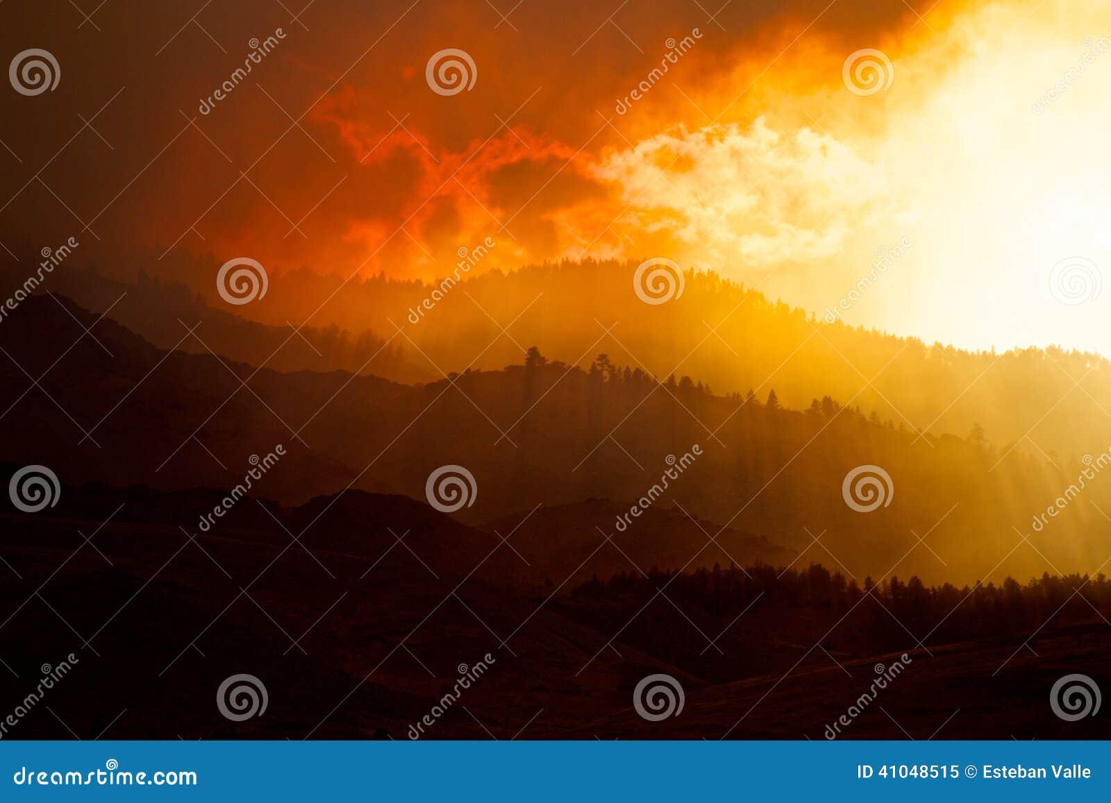 Rauch bedeckte Hügel und Forest Fire