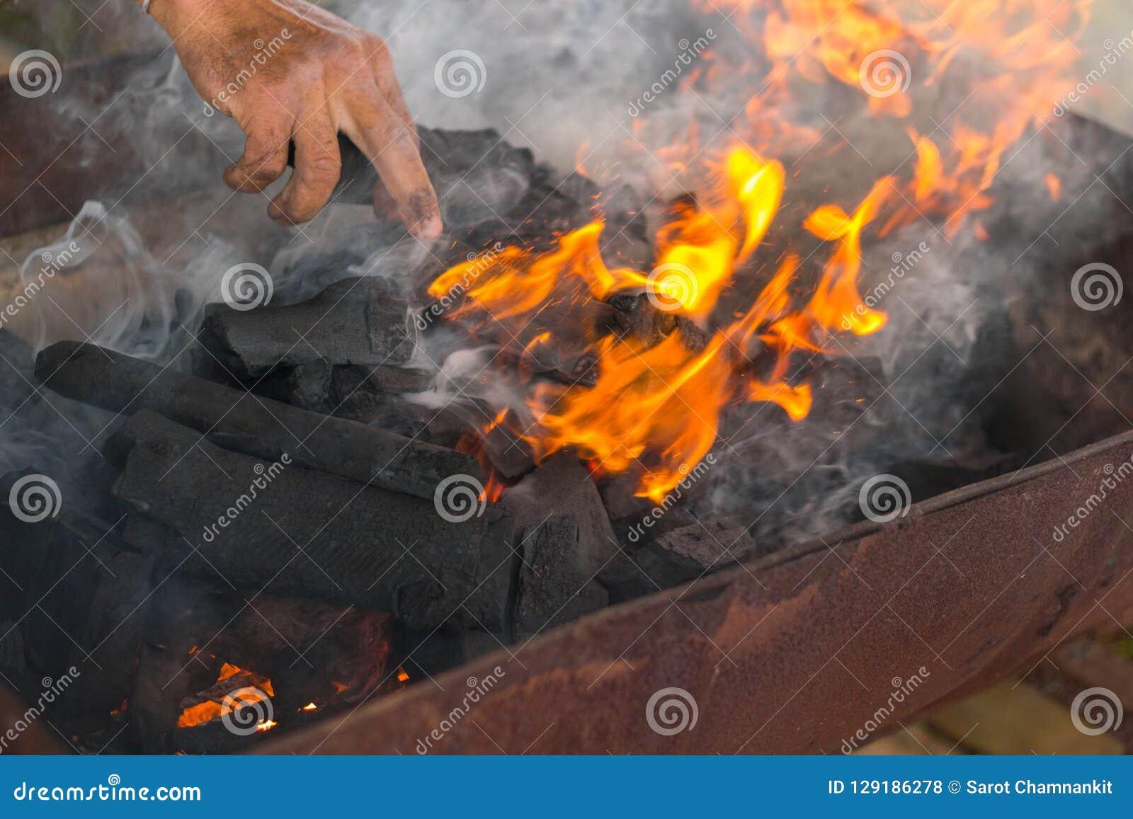 Rauch und Flammen von brennendem Holzkohlenholz