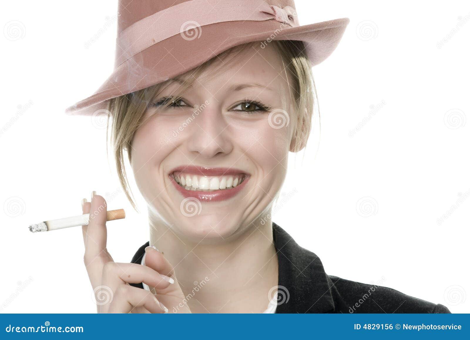 Rauchen der jungen Frau