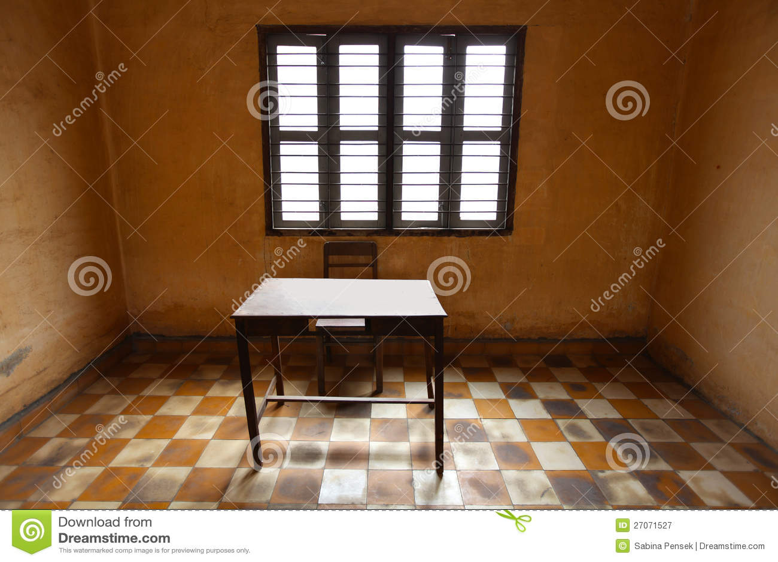 raum mit einer tabelle asketisch und alt mit fliesen. Black Bedroom Furniture Sets. Home Design Ideas