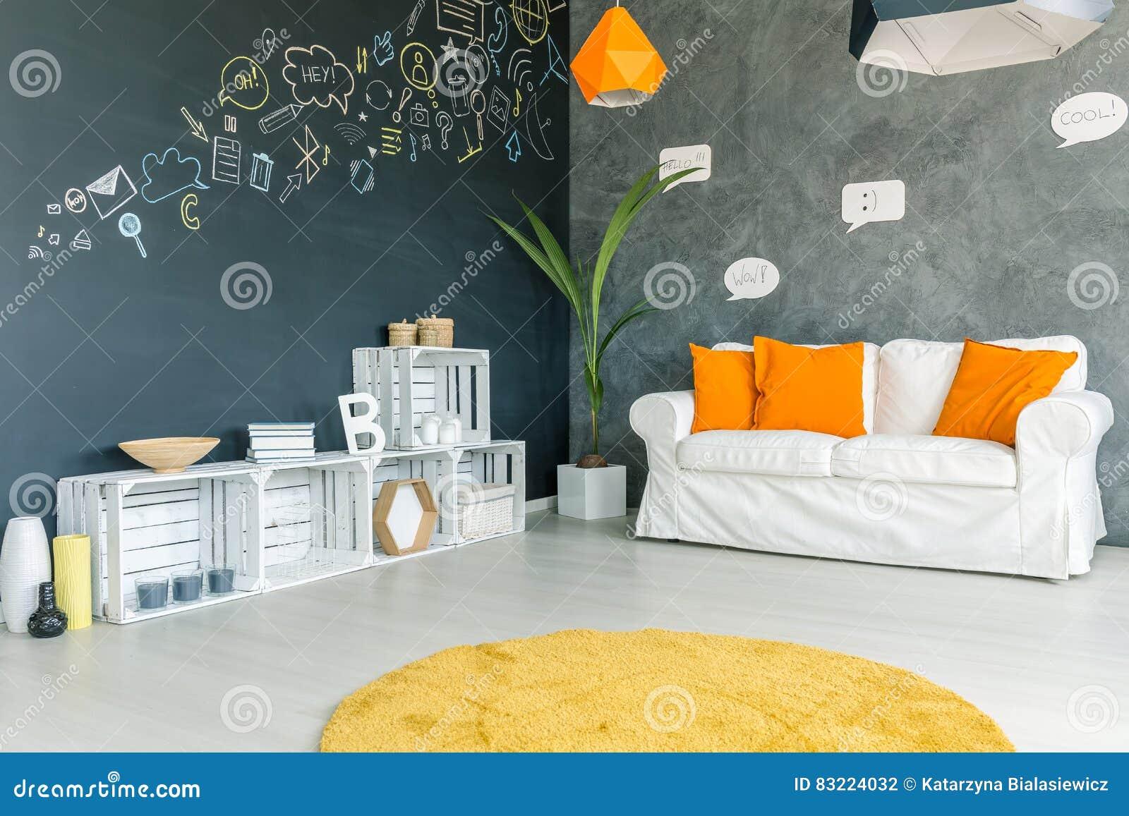 Raum mit Sofa und Teppich