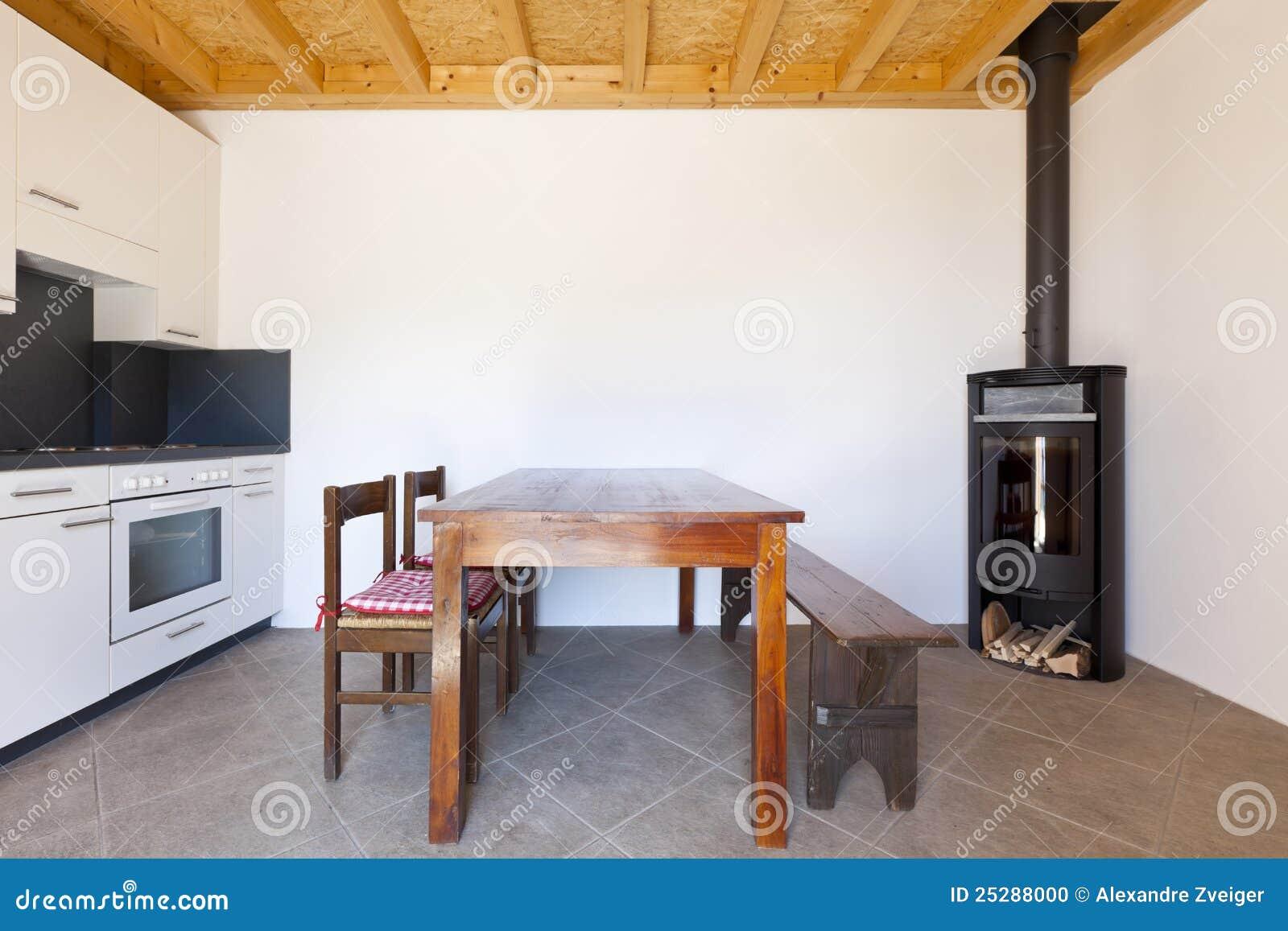 Raum mit Tabellen- und Holzofen