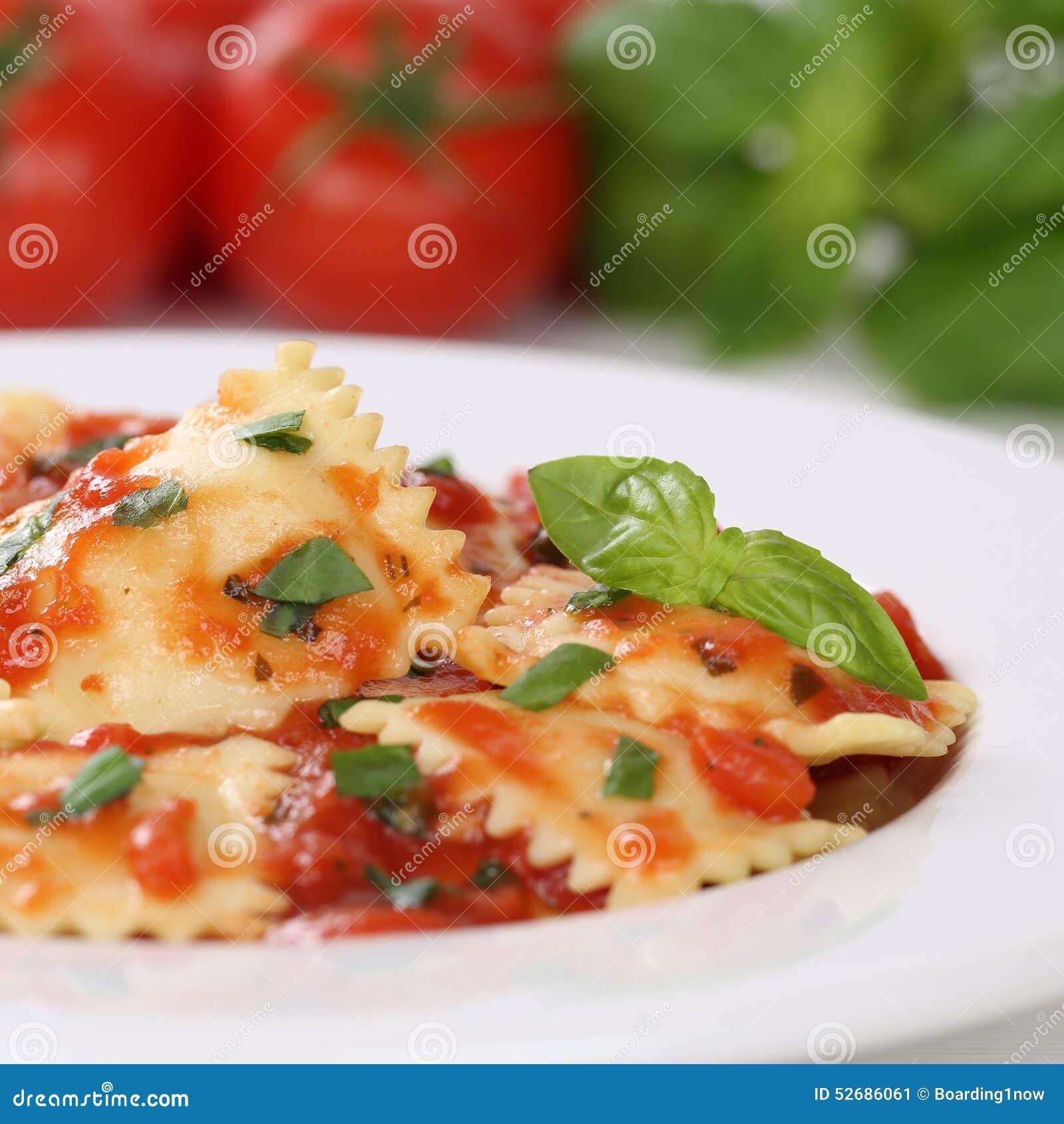 ravioli italiani della pasta di cucina con il pasto dei On pasto laboratorio di pasta con cucina