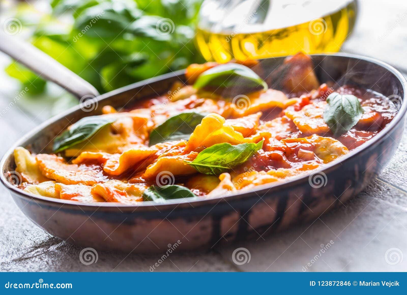 Ravioli italiani o mediterranei della pasta dell alimento di salsa al pomodoro