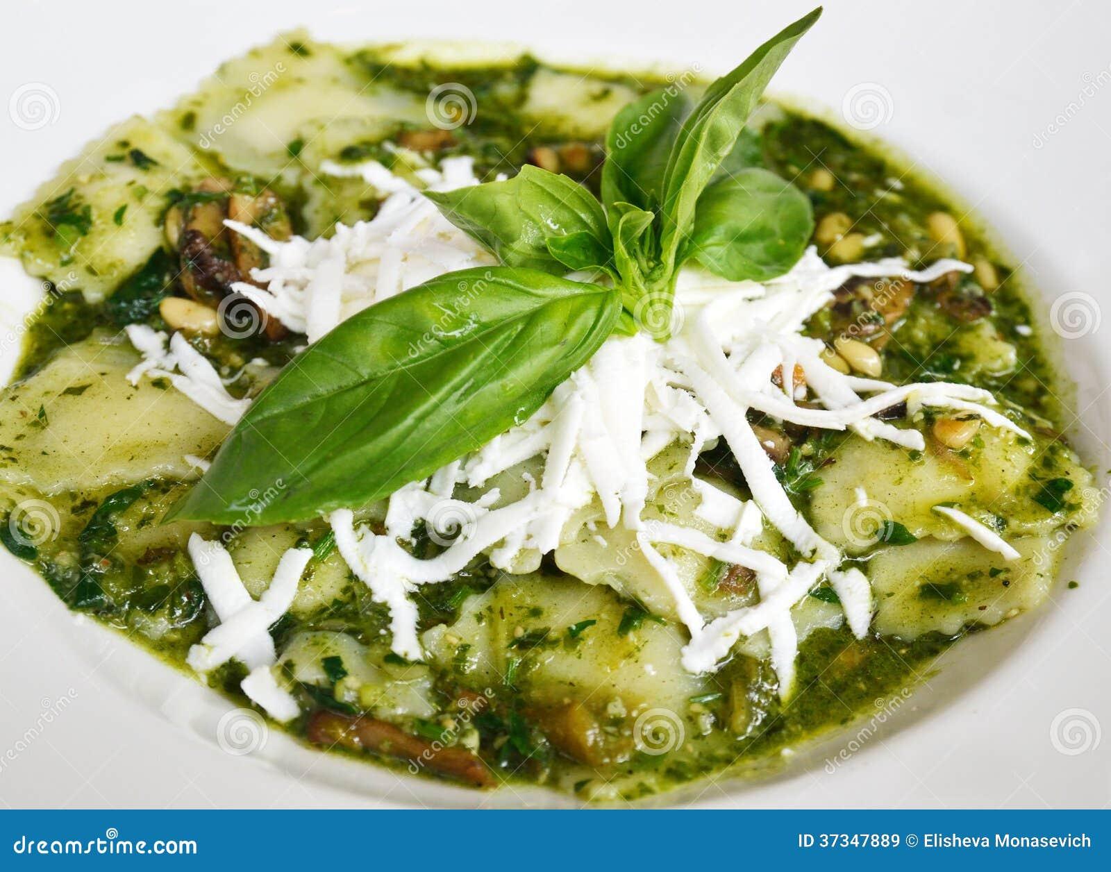 Raviolit med pestosås, grated ost och basilika spricker ut