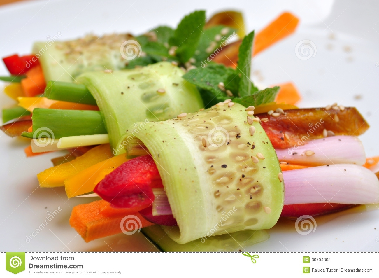 Raw vegan meal with cucumber pepper onion and carrot for Cuisine vegan