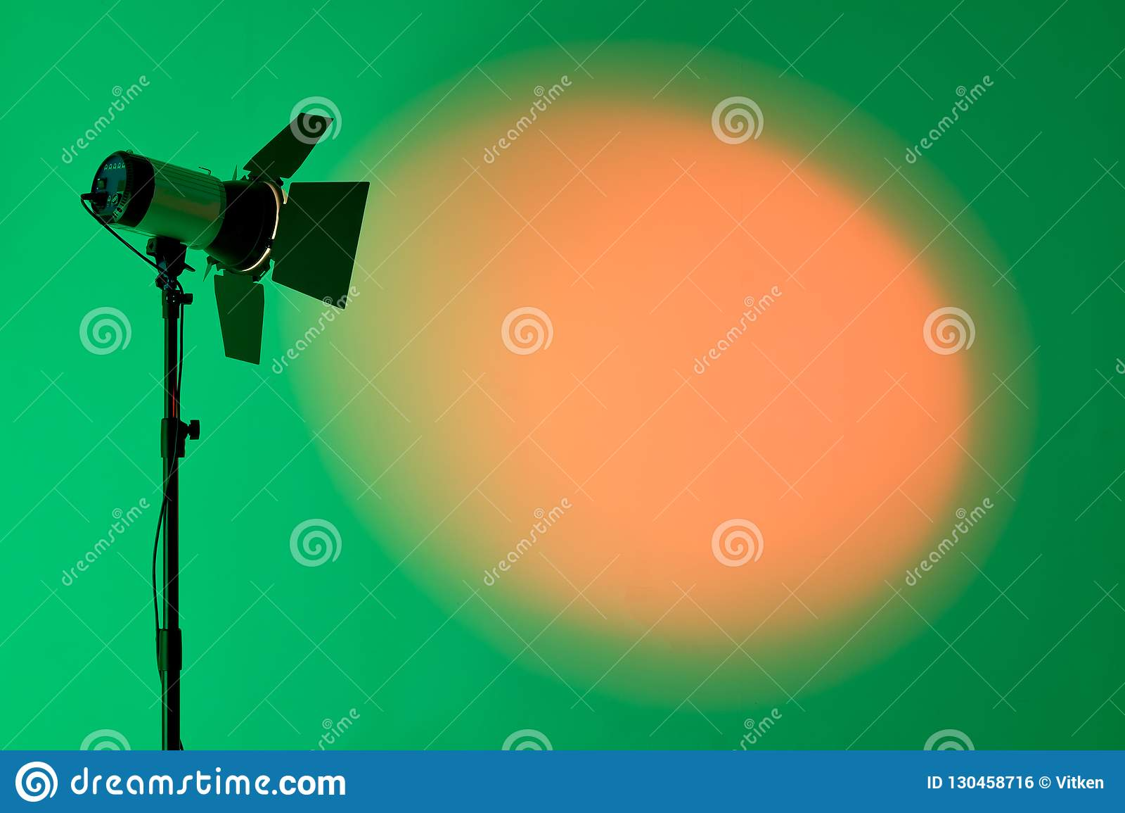 Ray av ljus för scenisk fläck över mörk bakgrund, utrustning för etappbelysning