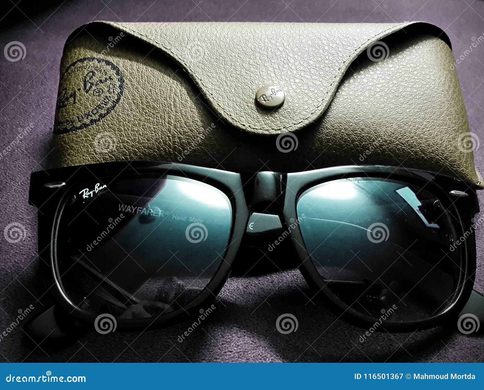 An `Original Wayfarer Classic Black` Ray-Ban Sunglasses with it`s case c33221adda3f