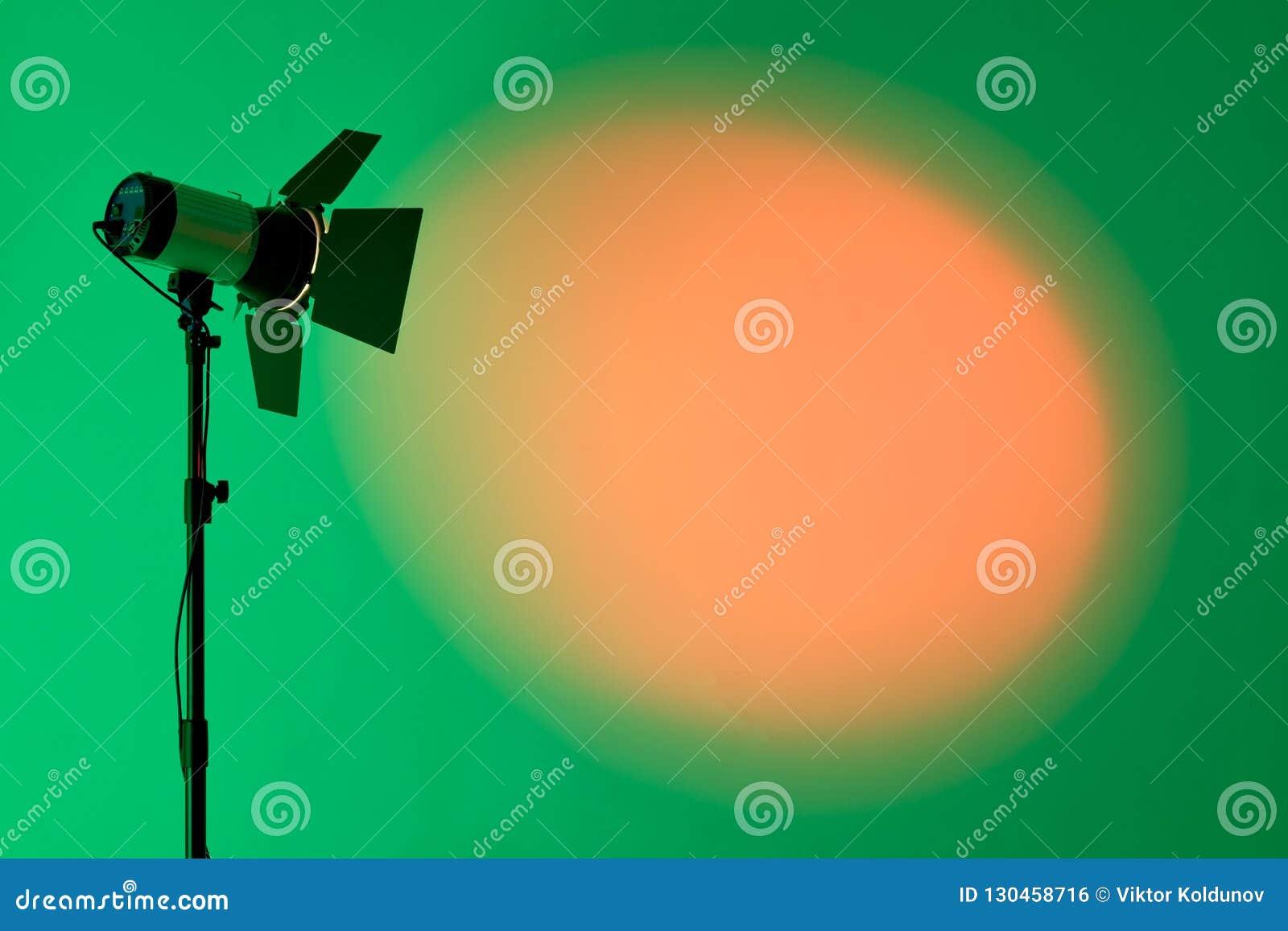 Ray da luz do ponto cênico sobre o fundo escuro, equipamento da iluminação de fase