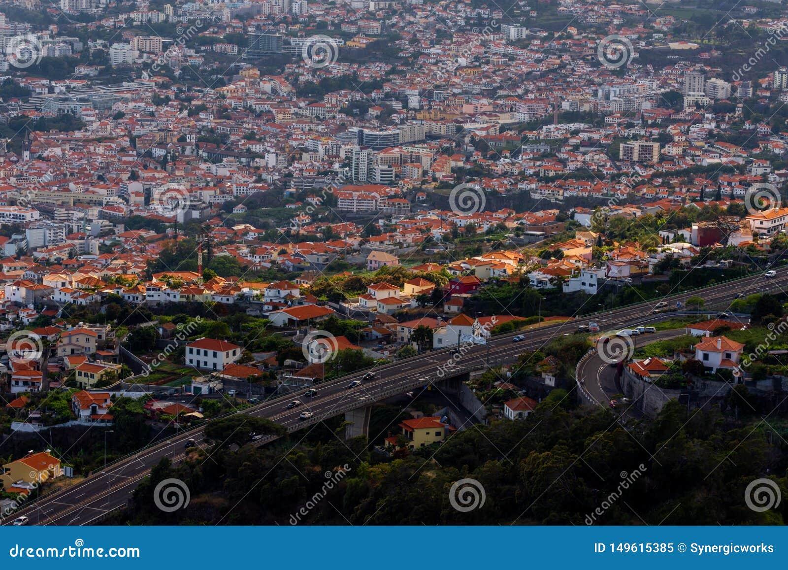 Ray de luz sobre Funchal, capital de Madeira