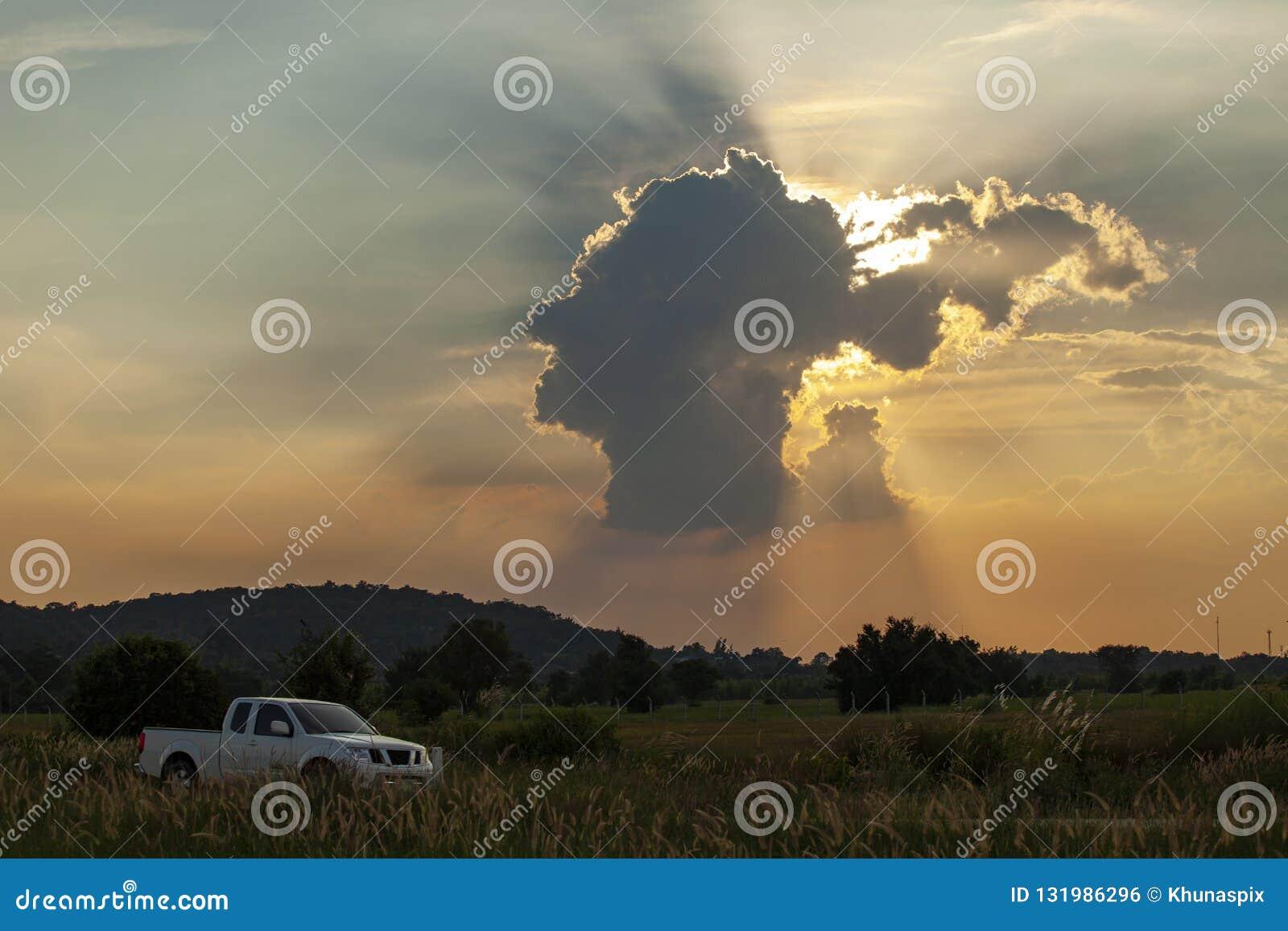 Rayo de luz asombroso de la nube principal humana y del sol de la forma en tha del saraburi