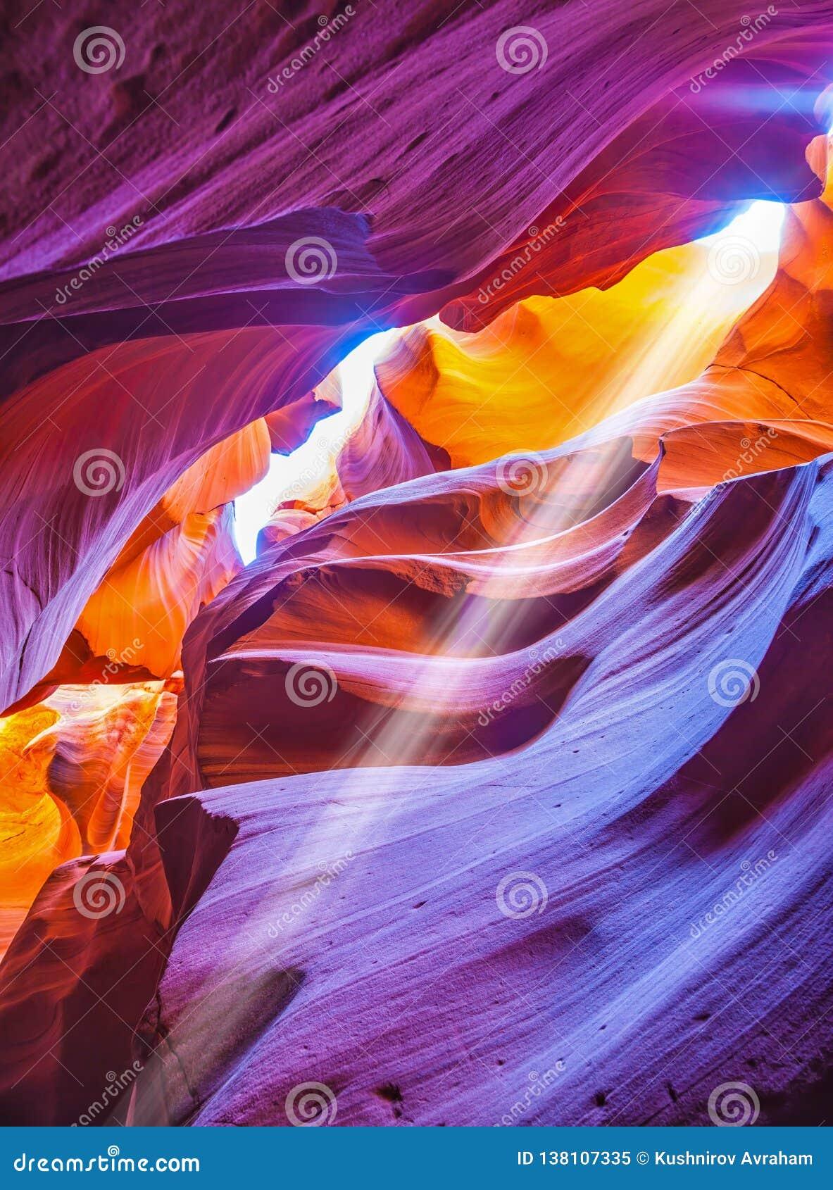 Rayo de sol mágico en barranco del antílope del ranura-agujero