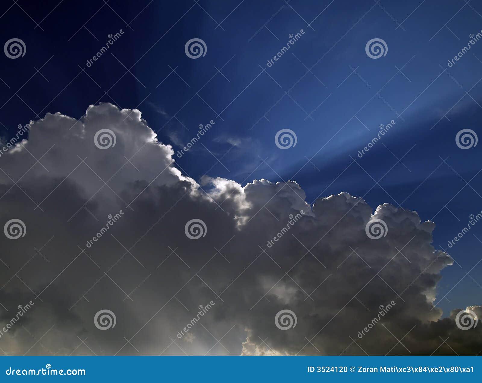 Rayon de soleil au-dessus des nuages