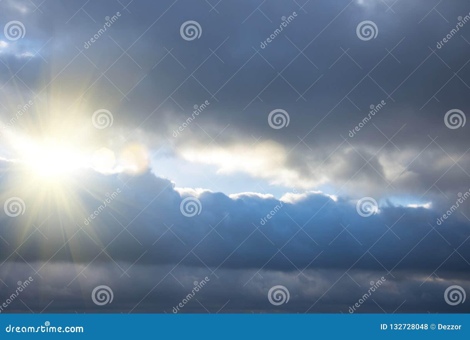 Rayons de lumière brillant par les nuages foncés, ciel dramatique avec le nuage