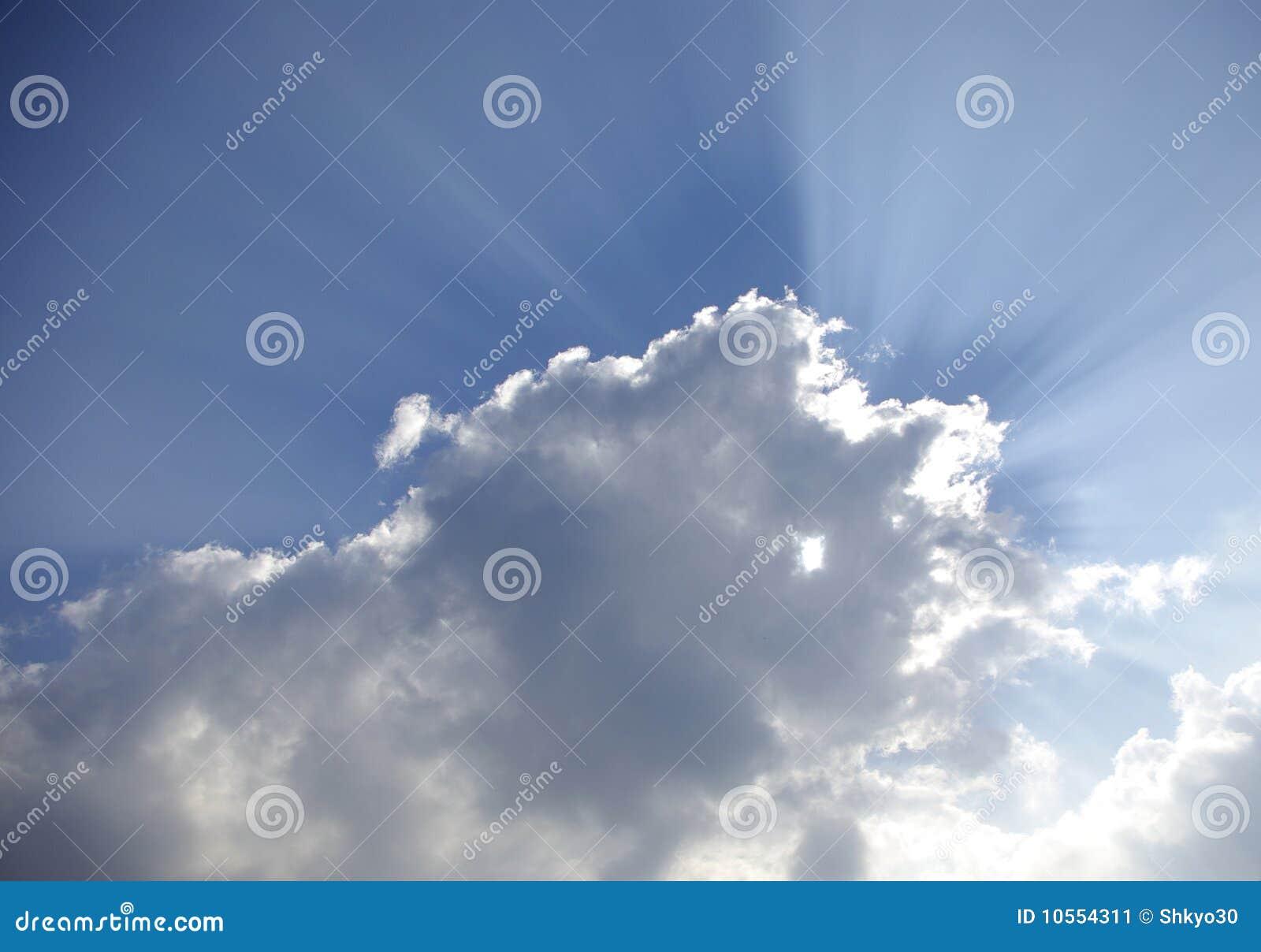 Rayons de lumière du soleil par des nuages